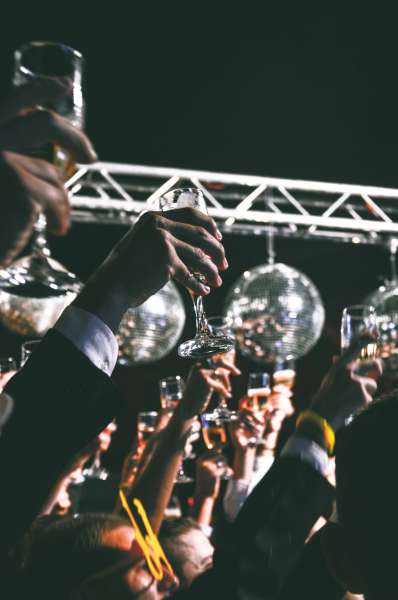 ball-cheers-crowd-soiree-discotheque